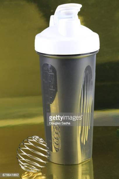 Shaker bottle for mixing and blending nutritional health drinks