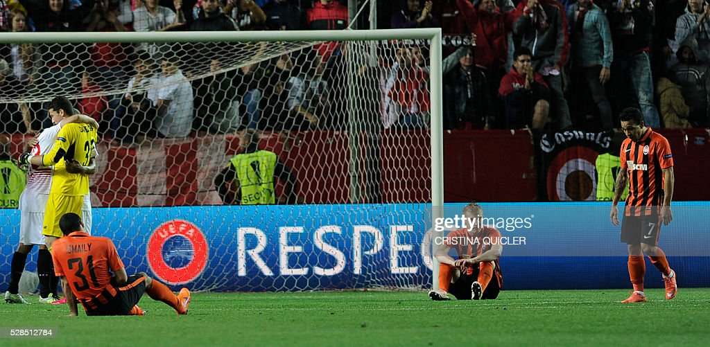 Shakhtar Donetsk players sit on the pitch after being defeated by Sevilla during the UEFA Europa League semi-final second leg football match Sevilla FC vs Shakhtar Donetsk at the Ramon Sanchez Pizjuan stadium in Sevilla on May 5, 2016. Sevilla won 3-1. / AFP / CRISTINA