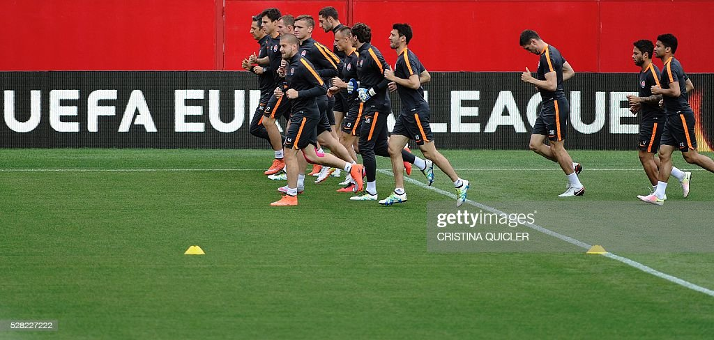 Shakhtar Donetsk's players run during a training session at the Sanchez Pizjuan stadium on May 4, 2016 on the eve of the UEFA Europa League semi-final second leg football match Sevilla FC vs Shakhtar Donetsk. / AFP / CRISTINA