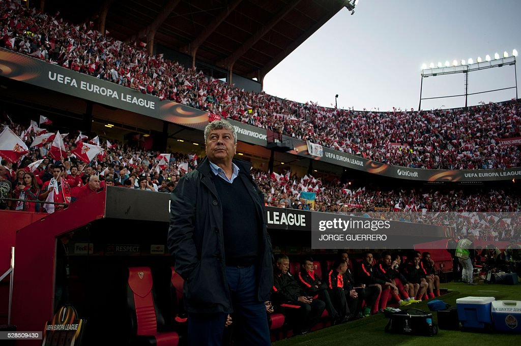 Shakhtar Donetsk's Romanian coach Mircea Lucescu looks on before the UEFA Europa League semi-final second leg football match Sevilla FC vs Shakhtar Donetsk at the Ramon Sanchez Pizjuan stadium in Sevilla on May 5, 2016. / AFP / JORGE