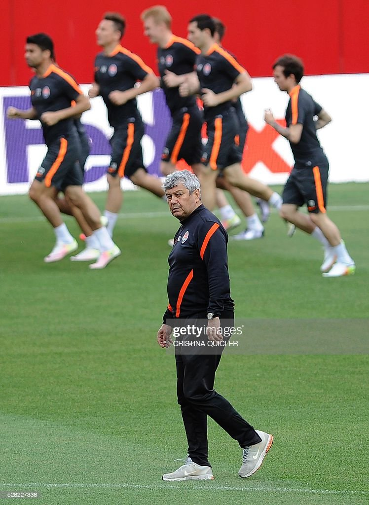 Shakhtar Donetsk's Romanian coach Mircea Lucescu (C) takes part in a training session with his team at the Sanchez Pizjuan stadium on May 4, 2016 on the eve of the UEFA Europa League semi-final second leg football match Sevilla FC vs Shakhtar Donetsk. / AFP / CRISTINA