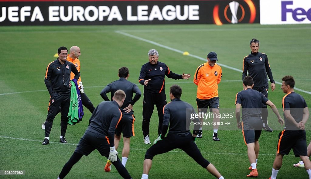 Shakhtar Donetsk's Romanian Mircea Lucescu (C) gives instructions to players during a training session at the Sanchez Pizjuan'stadium on May 4, 2016 on the eve of the UEFA Europa League semi-final second leg football match Sevilla FC vs Shakhtar Donetsk. / AFP / CRISTINA