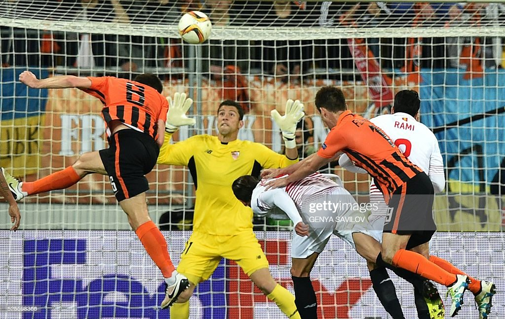 Shakhtar Donetsk's Taras Stepanenko (L) scores during the UEFA European League, semi-final first leg football match between Sevilla FC and Shakhtar Donetsk at Arena Lviv Stadium in Lviv on April 28, 2016. / AFP / GENYA