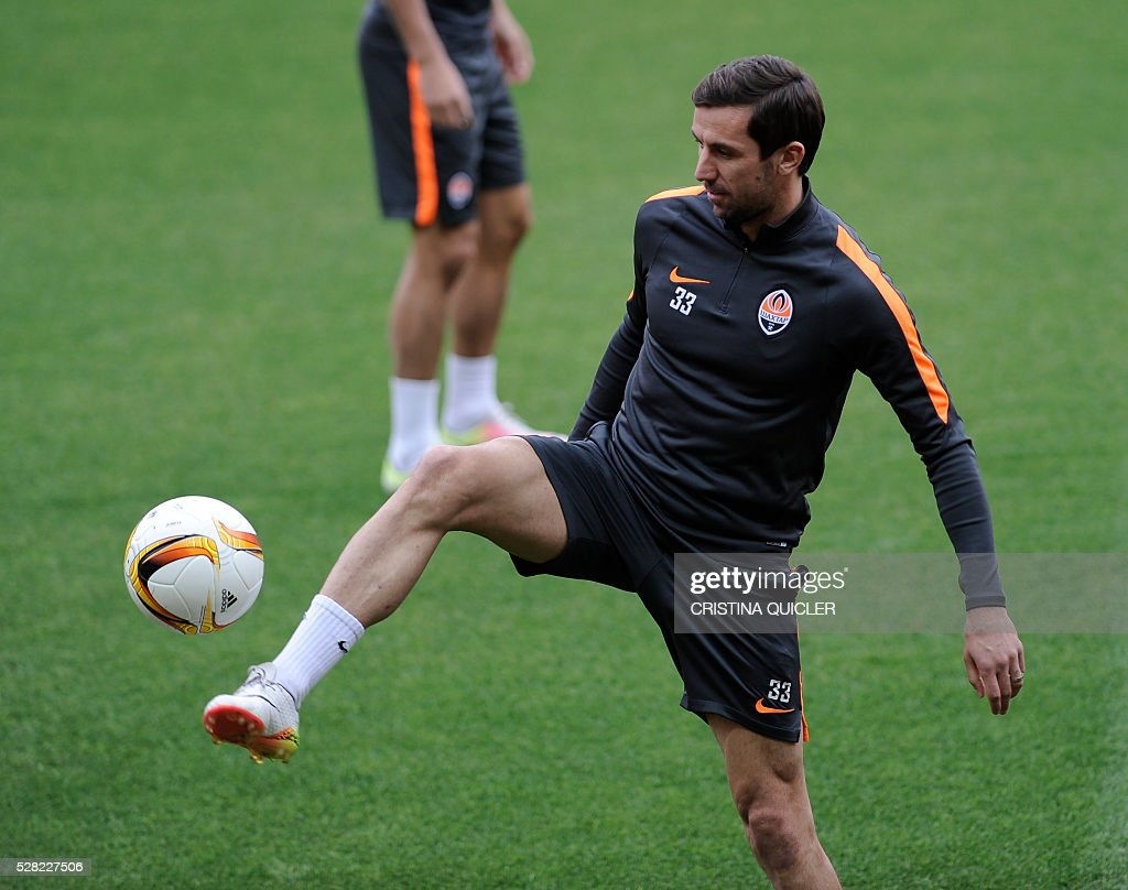 Shakhtar Donetsk's Ukrainian midfielder Darijo Srna controls the ball during a training session at the Sanchez Pizjuan'stadium on May 4, 2016 on the eve of the UEFA Europa League semi-final second leg football match Sevilla FC vs Shakhtar Donetsk. / AFP / CRISTINA