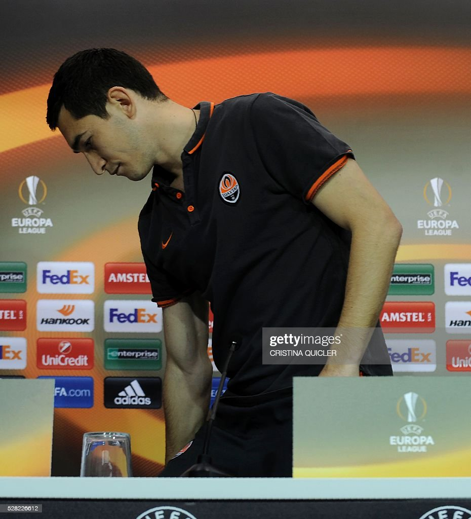 Shakhtar Donetsk's Ukrainian midfielder Taras Stepanenko leaves after giving a press conference at the Sanchez Pizjuan'stadium on May 4, 2016 on the eve of the UEFA Europa League semi-final second leg football match Sevilla FC vs Shakhtar Donetsk. / AFP / CRISTINA