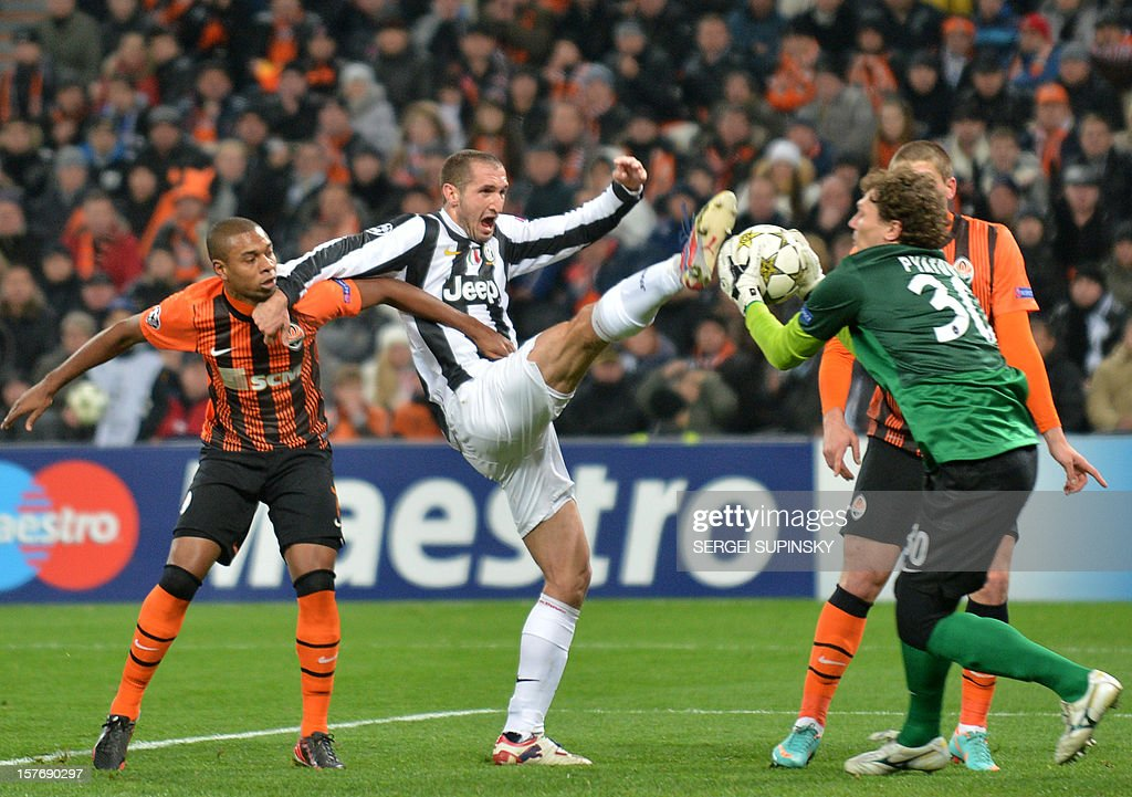 FC Shakhtar goalkeeper Andriy Pyatov (R) and FC Shakhtar's Fernandinho (L) vie for the ball with Juventus' Giorgio Chiellini (C) during the UEFA Champions League, Group E, football match between FC Shakhtar and Juventus, in Donetsk on December 5, 2012. Juventus won 1-0.