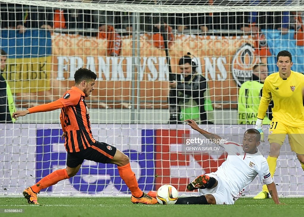 Shakhtar's Taison (L) vies with Sevilla's Mariano Ferreira during the UEFA European League, semi-final first leg football match between Sevilla FC and Shakhtar Donetsk at Arena Lviv Stadium in Lviv on April 28, 2016. / AFP / GENYA