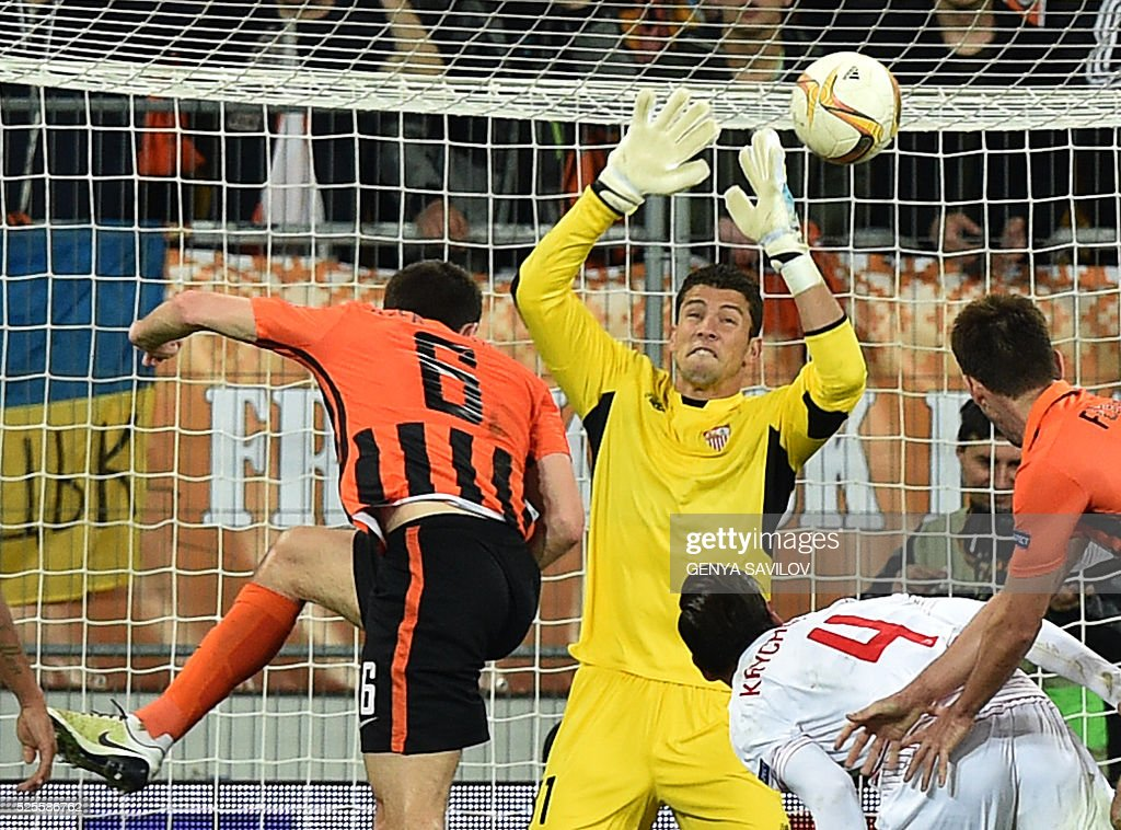 FC Shakhtar's Taras Stepanenko (L) scores against Sevilla FC during the UEFA European League, semi-final first leg football match between Shakhtar Donetsk and Sevilla FC at Arena Lviv Stadium in Lviv on April 28, 2016. / AFP / GENYA