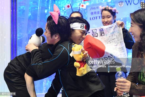 Shama Uno of Japan celebrates with Yuzuru Hanyu of Japan at the kiss and cry after the Men free skating during the 2nd day of the ISU World Team...