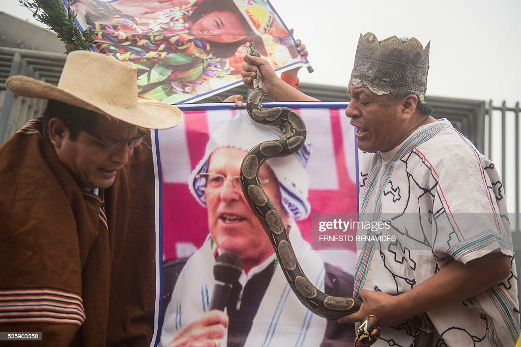 Shamans perform a ritual to predict the result of the Peruvian run-off election between Keiko Fujimori of the 'Fuerza Popular'(Popular Strength) party and Pedro Pablo Kuczynski of the 'Peruanos por el Kambio' (Peruvians for Change) party, in Lima on May 30, 2016. Peruvian candidates Keiko Fujimori and Pedro Pablo Kuczynski will vie for the presidency of Peru in the run-off election on June 5 / AFP / ERNESTO