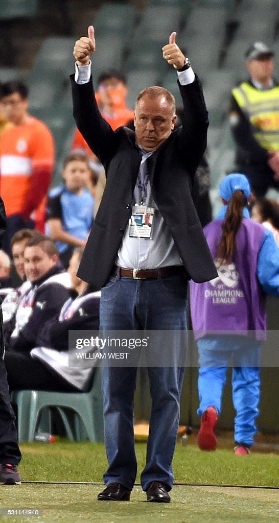 Shandong Luneng coach Menezes gestures to his players during their AFC Champions League round of 16 second leg football match against Sydney FC, in Sydney on May 25, 2016. / AFP / WILLIAM