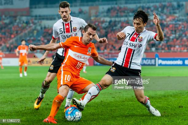 Shandong Luneng FC midfielder Walter Montillo fights for the ball withFC Seoul midfielder Kim Chiwoo during the AFC Champions League 2016 Quarter...