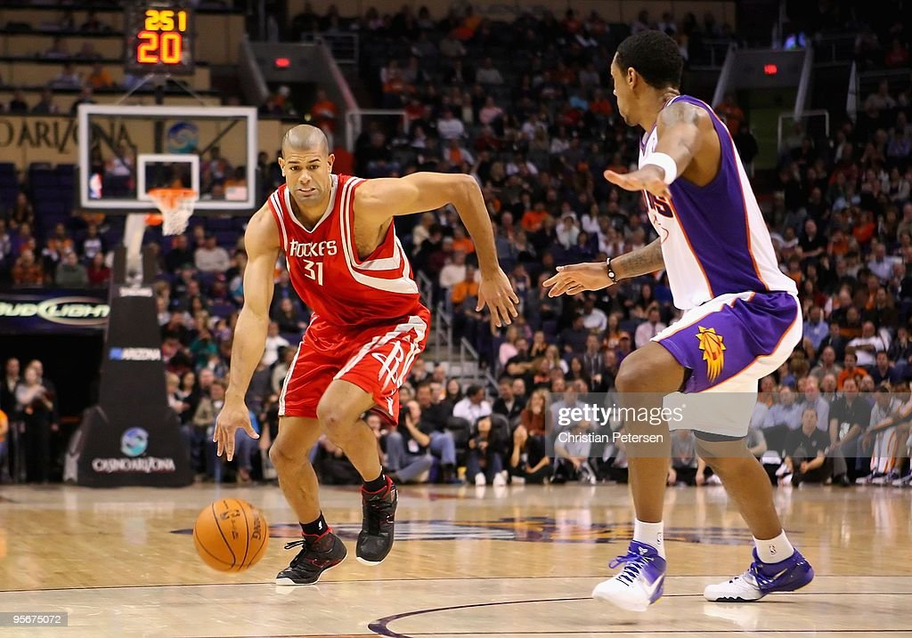 Shane Battier #31 of the Houston Rockets drives the ball past Channing Frye #8 of the Phoenix Suns during the NBA game at US Airways Center on January 6, 2010 in Phoenix, Arizona. The Suns defeated the Rockets 118-110.