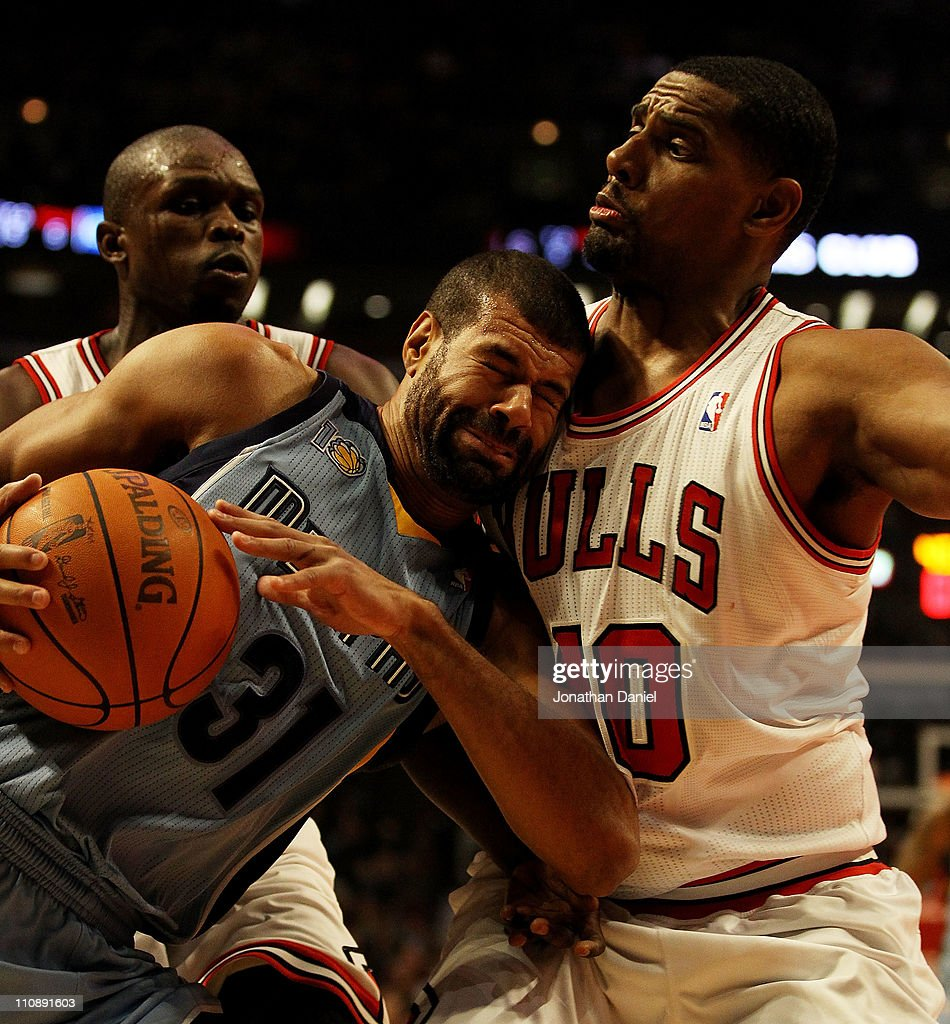 Shane Battier #31 of the Memphis Girzzlies collides with Kurt Thomas #40 of the Chicago Bulls at the United Center on March 25, 2011 in Chicago, Illinois.