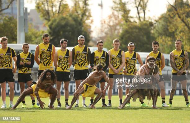 Shane Edwards Sam Lloyd Trent Cotchin Dustin Martin and Alex Rance of the Tigers look on as participants of the club's Korin Gamadji Institute...