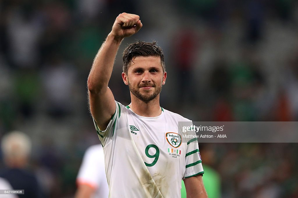 <a gi-track='captionPersonalityLinkClicked' href=/galleries/search?phrase=Shane+Long&family=editorial&specificpeople=661194 ng-click='$event.stopPropagation()'>Shane Long</a> of Ireland celebrates at the end of the UEFA EURO 2016 Group E match between Italy and Republic of Ireland at Stade Pierre-Mauroy on June 22, 2016 in Lille, France.