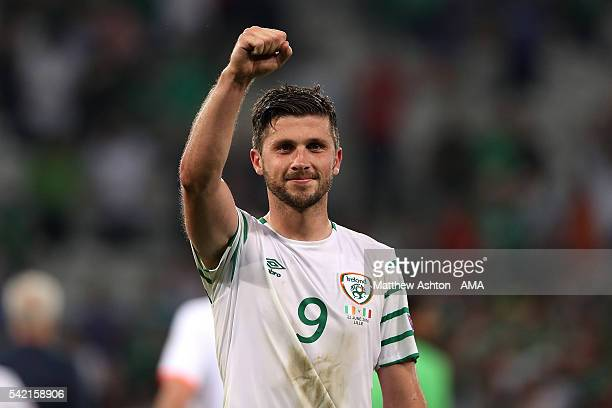 Shane Long of Ireland celebrates at the end of the UEFA EURO 2016 Group E match between Italy and Republic of Ireland at Stade PierreMauroy on June...