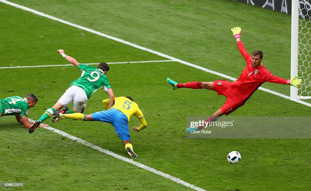 <a gi-track='captionPersonalityLinkClicked' href=/galleries/search?phrase=Shane+Long&family=editorial&specificpeople=661194 ng-click='$event.stopPropagation()'>Shane Long</a> of Republic of Ireland and <a gi-track='captionPersonalityLinkClicked' href=/galleries/search?phrase=Martin+Olsson&family=editorial&specificpeople=4185617 ng-click='$event.stopPropagation()'>Martin Olsson</a> of Sweden dive for the ball as <a gi-track='captionPersonalityLinkClicked' href=/galleries/search?phrase=Andreas+Isaksson&family=editorial&specificpeople=542896 ng-click='$event.stopPropagation()'>Andreas Isaksson</a> of Sweden looks on during the UEFA EURO 2016 Group E match between Republic of Ireland and Sweden at Stade de France on June 13, 2016 in Paris, France.