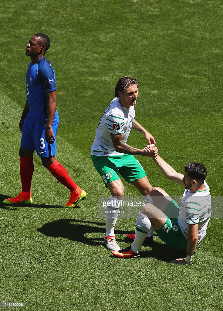 <a gi-track='captionPersonalityLinkClicked' href=/galleries/search?phrase=Shane+Long&family=editorial&specificpeople=661194 ng-click='$event.stopPropagation()'>Shane Long</a> (R) of Republic of Ireland is congratulated by <a gi-track='captionPersonalityLinkClicked' href=/galleries/search?phrase=Jeff+Hendrick+-+Soccer+Player&family=editorial&specificpeople=15923342 ng-click='$event.stopPropagation()'>Jeff Hendrick</a> (C) after awarded a penalty kick during the UEFA EURO 2016 round of 16 match between France and Republic of Ireland at Stade des Lumieres on June 26, 2016 in Lyon, France.