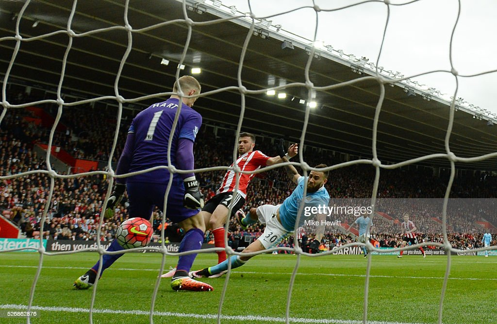 <a gi-track='captionPersonalityLinkClicked' href=/galleries/search?phrase=Shane+Long&family=editorial&specificpeople=661194 ng-click='$event.stopPropagation()'>Shane Long</a> of Southampton beats Nicolas Otamendi and <a gi-track='captionPersonalityLinkClicked' href=/galleries/search?phrase=Joe+Hart&family=editorial&specificpeople=1295472 ng-click='$event.stopPropagation()'>Joe Hart</a> of Manchester City as he scores the opening goal during the Barclays Premier League match between Southampton and Manchester City at St Mary's Stadium on May 1, 2016 in Southampton, England.