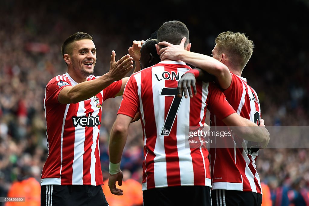 Shane Long of Southampton celebrates scoring the opening goal with Dusan Tadic (L) during the Barclays Premier League match between Southampton and Manchester City at St Mary's Stadium on May 1, 2016 in Southampton, England.