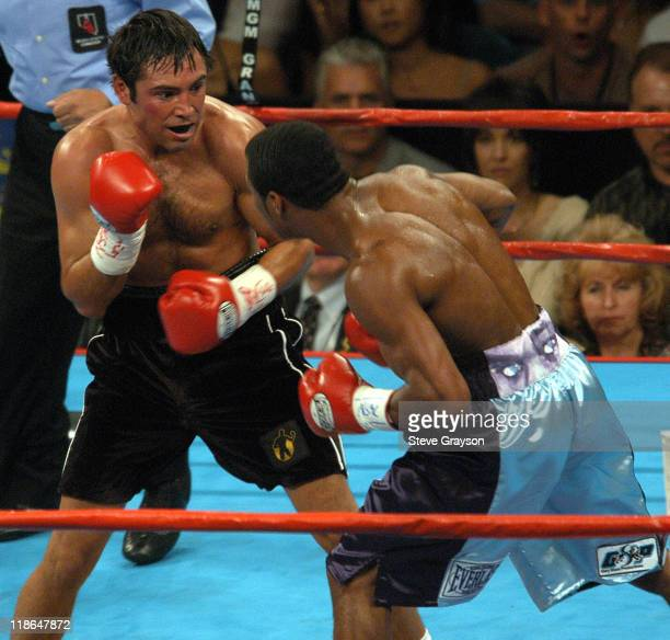 Shane Mosley lands a blow to the body of Oscar De La Hoya