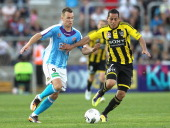 Shane Smeltz of Perth contests with Leo Bertos of Wellington during the round three ALeague match between Perth Glory and Wellington Phoenix at nib...