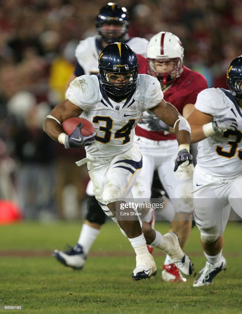 Shane Vereen of the California Bears runs with the ball during their game against the Stanford Cardinal at Stanford Stadium on November 21 2009 in...