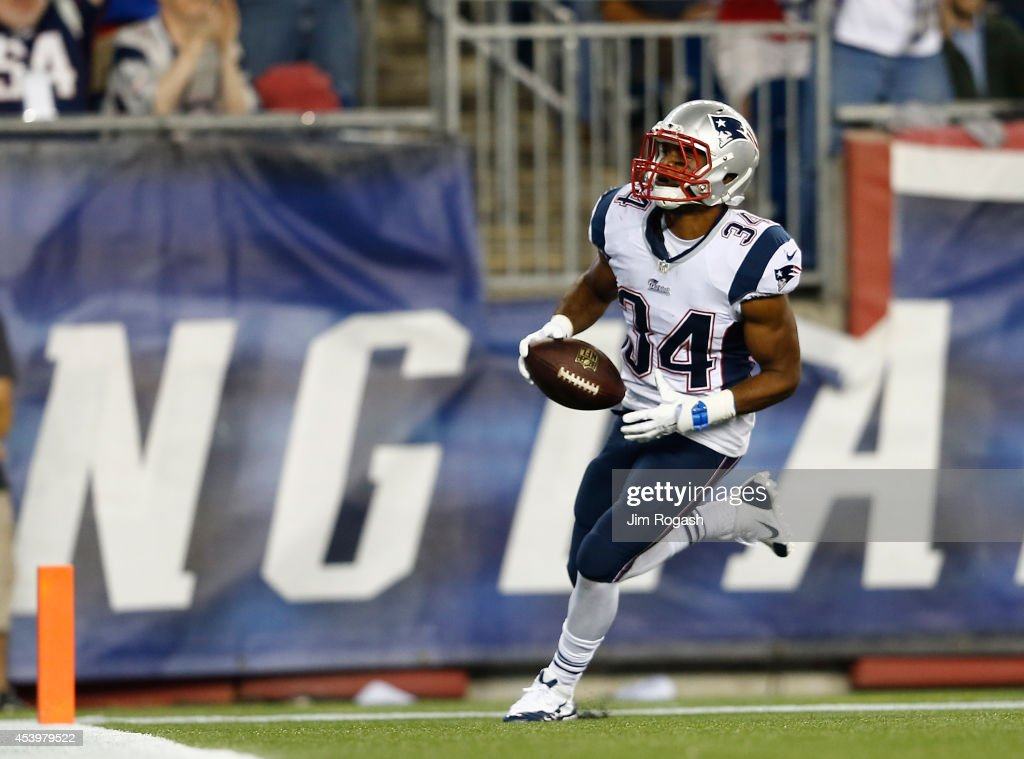 Shane Vereen of the New England Patriots runs the for a touchdown after catching a pass by Tom Brady of the New England Patriots during a game with...