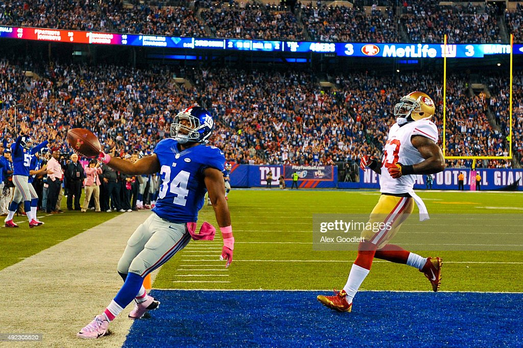 <a gi-track='captionPersonalityLinkClicked' href=/galleries/search?phrase=Shane+Vereen&family=editorial&specificpeople=5523170 ng-click='$event.stopPropagation()'>Shane Vereen</a> #34 of the New York Giants scores a touchdown as he runs past NaVorro Bowman #53 of the San Francisco 49ers in the second quarter during a game at MetLife Stadium on October 11, 2015 in East Rutherford, New Jersey.