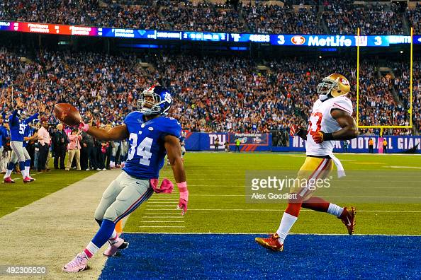 Shane Vereen of the New York Giants scores a touchdown as he runs past NaVorro Bowman of the San Francisco 49ers in the second quarter during a game...