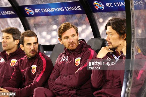 Shanghai coach Andre VillasBoas looks on during the AFC Asian Champions League Group Stage match between the Western Sydney Wanderers and Shanghai...