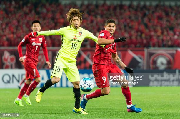 Shanghai FC Forward Elkeson De Oliveira Cardoso fights for the ball with Urawa Reds Midfielder Komai Yoshiaki during the AFC Champions League 2017...