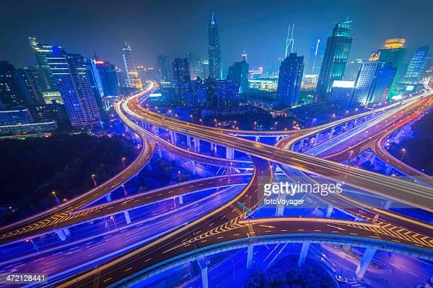 上海の高層ビル街のネオンの未来的な照明と highway 中国