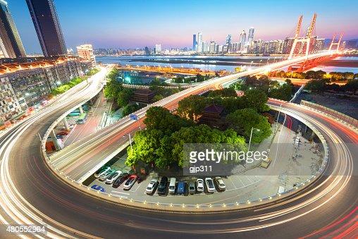 shanghai cruce elevado y la carretera elevada en anochecer : Foto de stock