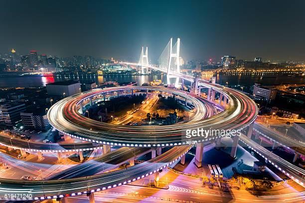 Puente Nanpu tráfico de Shanghai por la noche