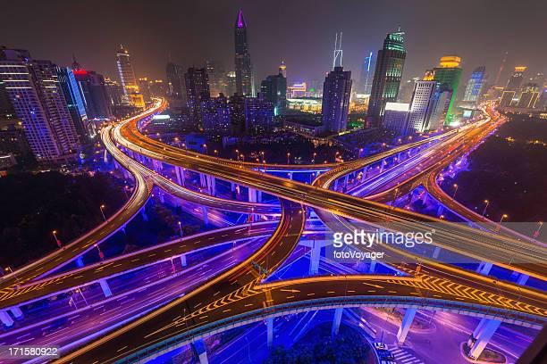 Shanghai neon Nacht beleuchtet highway futuristischen Wolkenkratzern, China