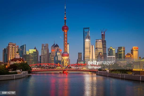 Shanghai Oriental Pearl Tower Waibaidu bridge und die Wolkenkratzer von Pudong beleuchtet China