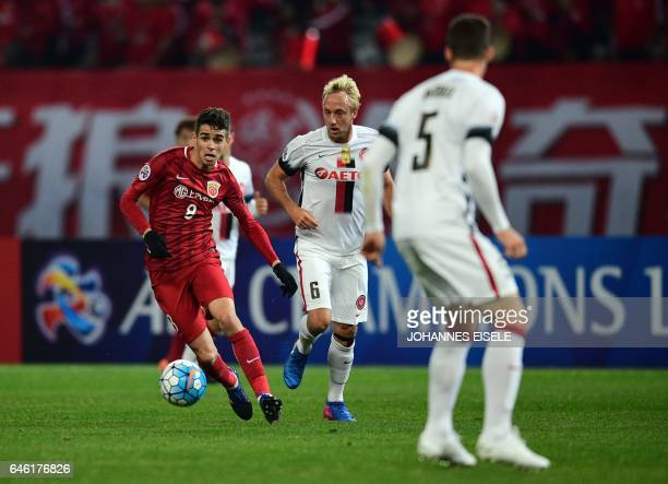 Shanghai SIPG' Brazilian midfielder Oscar and Western Sydney Wanderers' midfielder Mitch Nichols vie for the ball during the AFC Asian Champions...