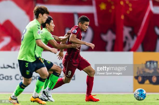 Shanghai SIPG FC forward Elkeson De Oliveira Cardoso fights for the ball with Jeonbuk Hyundai Motors FC defender Cho Sung Hwan during the AFC...
