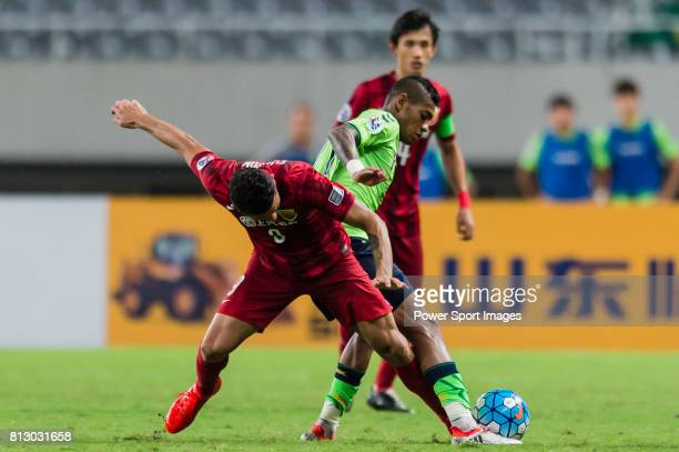 Shanghai SIPG FC forward Elkeson De Oliveira Cardoso fights for the ball with Jeonbuk Hyundai Motors FC midfielder Leonardo Rodrigues Pereira during...