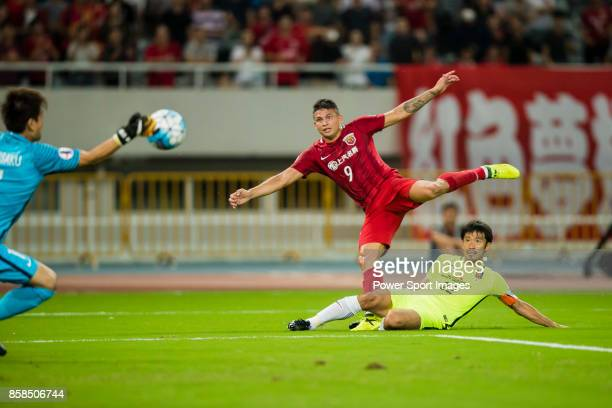 Shanghai SIPG FC forward Elkeson De Oliveira Cardoso fights for the ball with Urawa Red Diamonds midfielder Abe Yuki during the AFC Champions League...