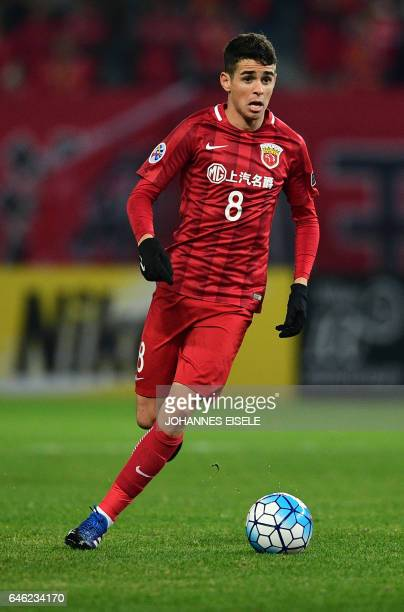 Shanghai SIPG's Brazilian midfielder Oscar controls the ball during the AFC Asian Champions League group football match between China's Shanghai SIPG...