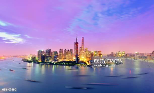 Skyline de Shanghai en cielo dramático al amanecer