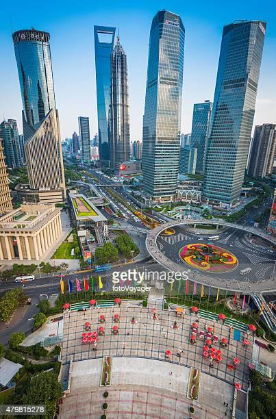 Wolkenkratzern Shanghai Pudong futuristischen Stadtbild geschäftigen Straßen China