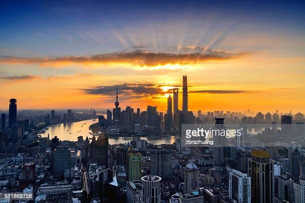 上海の都会の街並みの日の出
