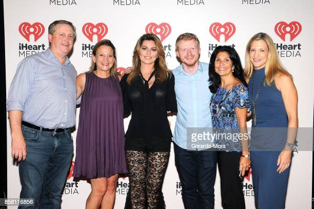 Fans dinner photos et images de collection getty images iheartmedia hosts ana masters of marketing vip dinner and performance ed shania twain poses with fans during the meet and greet m4hsunfo