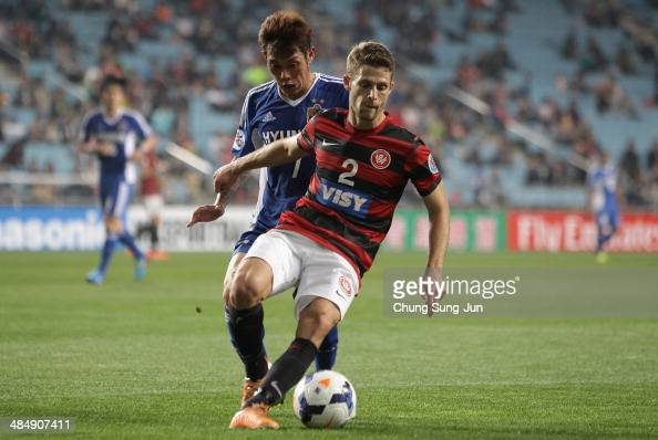 Shannon Cole of Western Sydney compete for the ball with Ko ChangHyun of Ulsan Hyundai during the AFC Champions League Group H match between Ulsan...