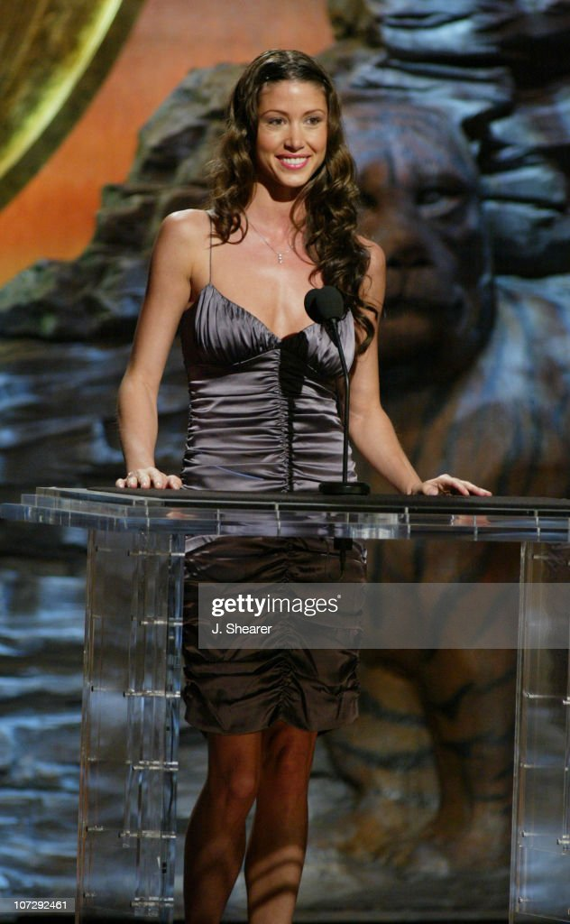 <a gi-track='captionPersonalityLinkClicked' href=/galleries/search?phrase=Shannon+Elizabeth&family=editorial&specificpeople=201622 ng-click='$event.stopPropagation()'>Shannon Elizabeth</a> presents the Genesis Award for Local News Series to 'Foie Gras'