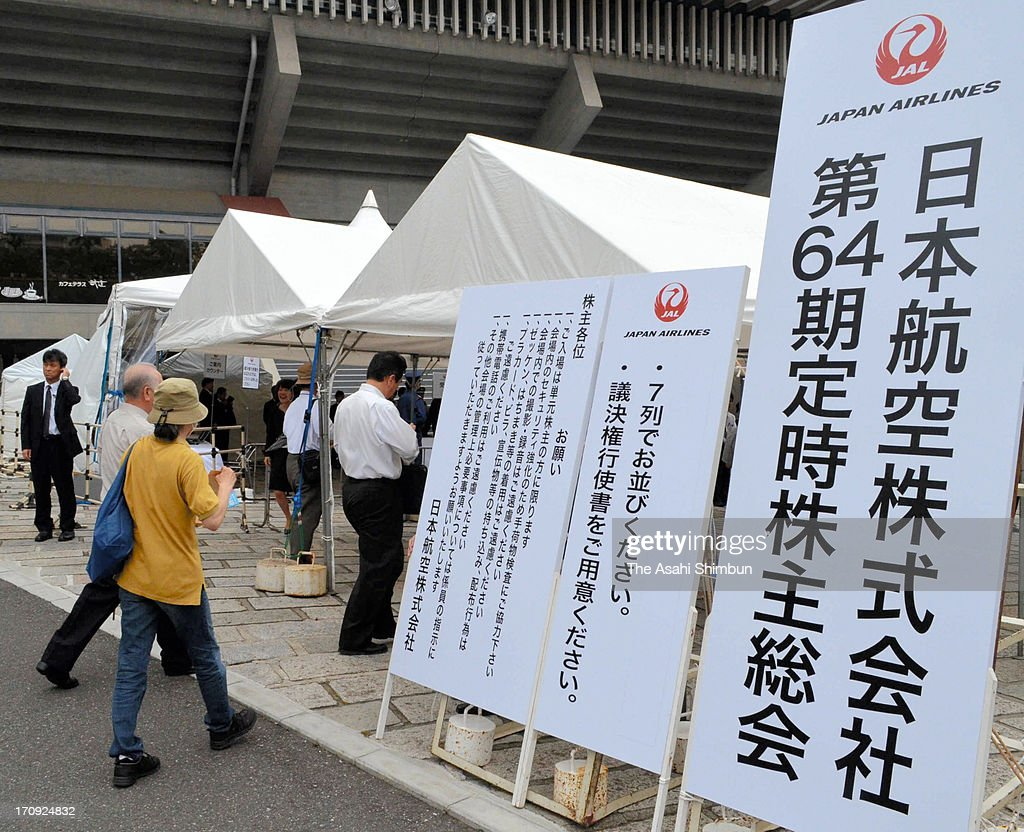 Shareholders enter Nippon Budokan to attend the Japan Airlines' annual shareholders meeting on June 19, 2013 in Tokyo, Japan. It is the first time after JAL's return to the Tokyo Stock Exchange last September.